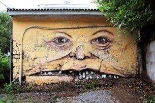 """Vecchi palazzi semi distrutti tornano a vivere grazie allo street artist russo Nikita Nomerz nel suo lavoro """"The Living Wall""""."""