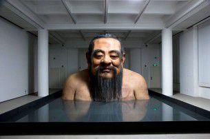 L'artista cinese Zhang Huan in mostra al Rockbund Art Museum di Shanghai omaggia Confucio, uno dei più grandi pensatori della storia, con una enorme statua.