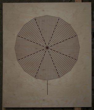 Lentamente brucia il fuoco sul legno creando sul percorso geometrico. Opera a cura di Glithero (vimeo).