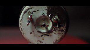 Breve ma intenso cortometraggio di Giocchino Petronicce, alla ricerca del ritmo perfetto tra suoni e immagini statiche.
