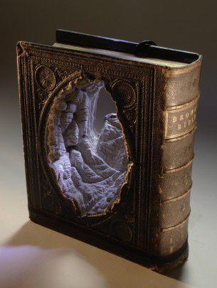 L'artista canadese Guy Laramee intaglia minuziosamente antichi libri per ricreare miniature di paesaggi.