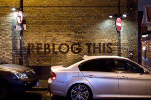 """Lo street artist inglese Mobstr, sulla falsa riga del lavoro finora fatto dal più noto Banksy, sta tappezzando i muri ed i cartelloni pubblicitari di Londra con piccole perle di """"saggezza"""", che suo malgrado, fanno riflettere anche sullo stesso operato degli street artists di oggi."""