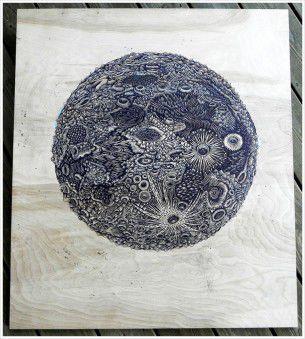 Paul Roden e Valerie Lueth hanno realizzato con minuziosa dedizione una luna intagliata nel legno, ricreando inoltre tutte le reali aree geografiche del nostro satellite.